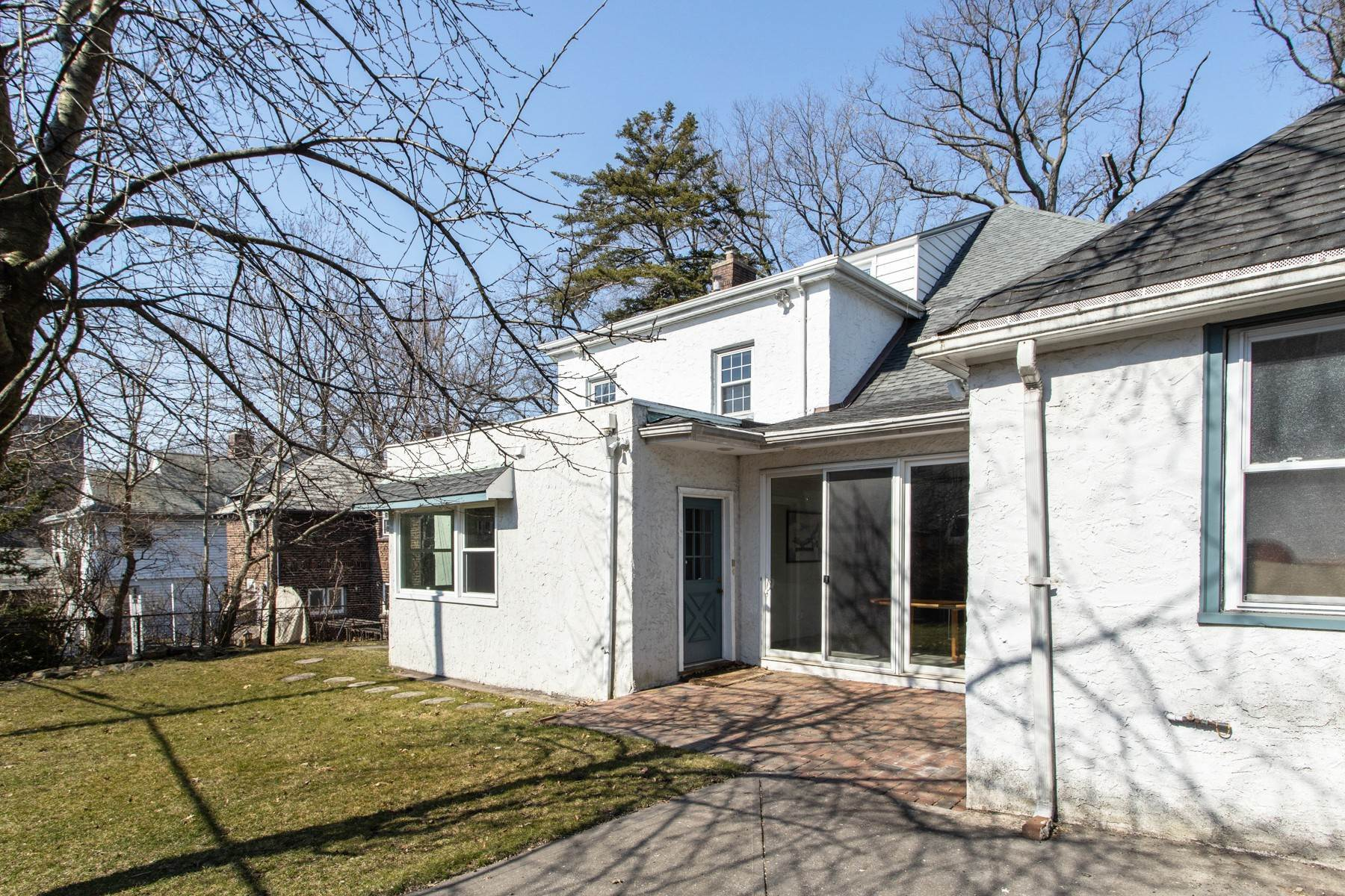 18. Single Family Homes for Sale at 'GRACIOUS LIVING IN KEW GARDENS' 103 Mowbray Drive, Kew Gardens, New York 11415 United States