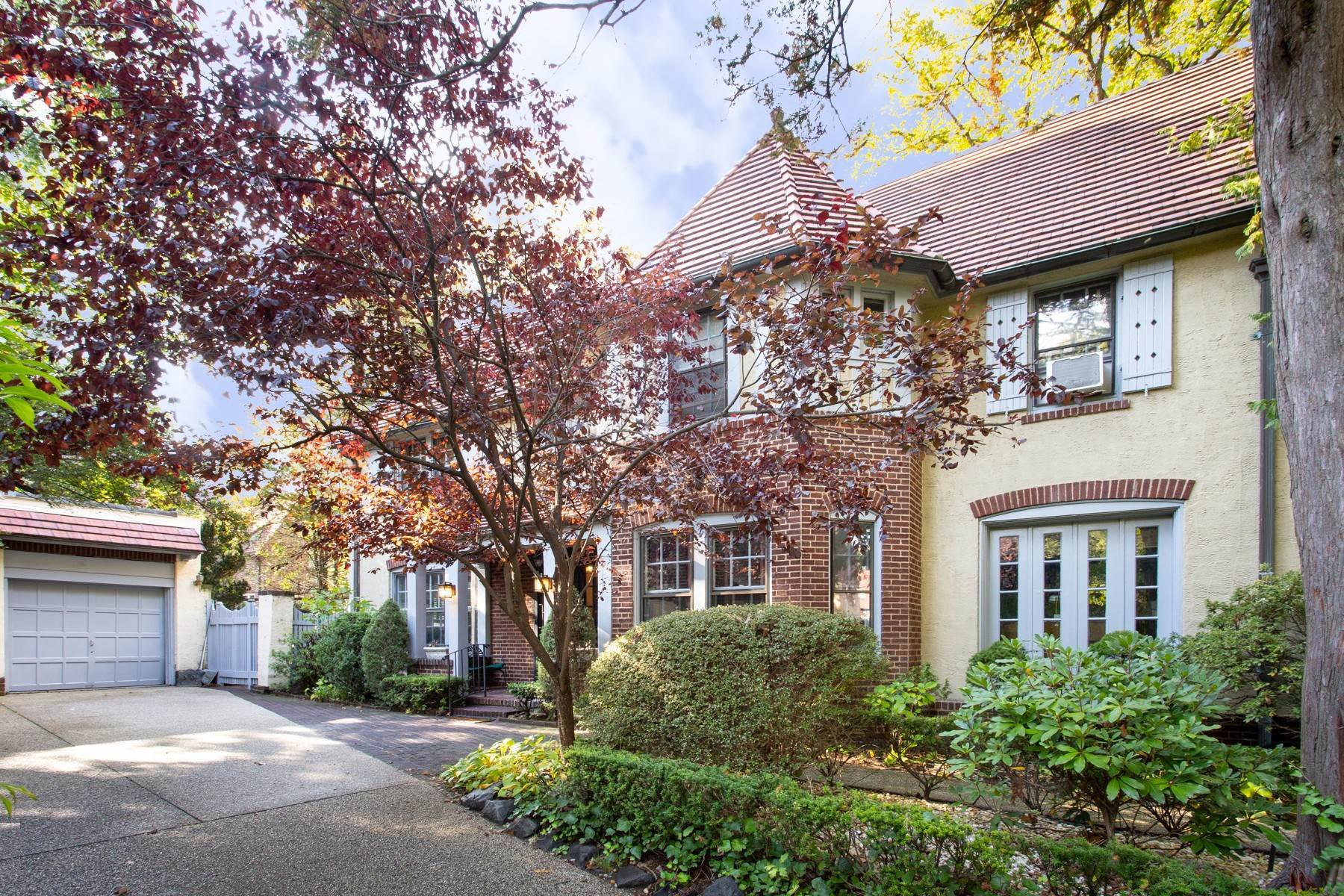 Single Family Homes 为 销售 在 'FOREST HILLS GARDENS ATTERBURY HOME DESIGNED FOR LIVING, SPACIOUS INSIDE & OUT' 63 Greenway North, Forest Hills Gardens, 森林山, 纽约 11375 美国