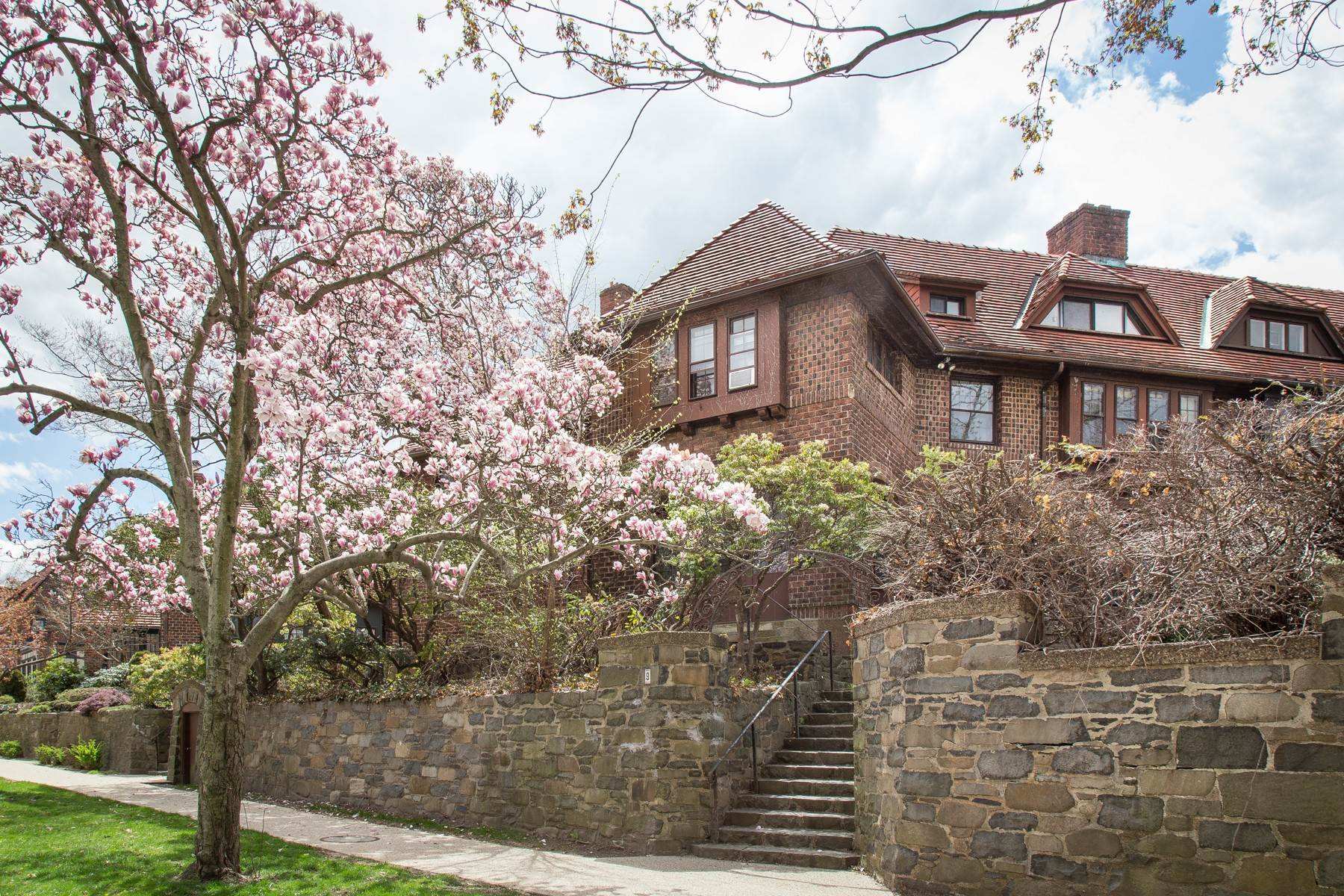 Single Family Homes 为 销售 在 'STRIKING ORIGINAL ATTERBURY' 9 Markwood Road, Forest Hills Gardens, 森林山, 纽约 11375 美国