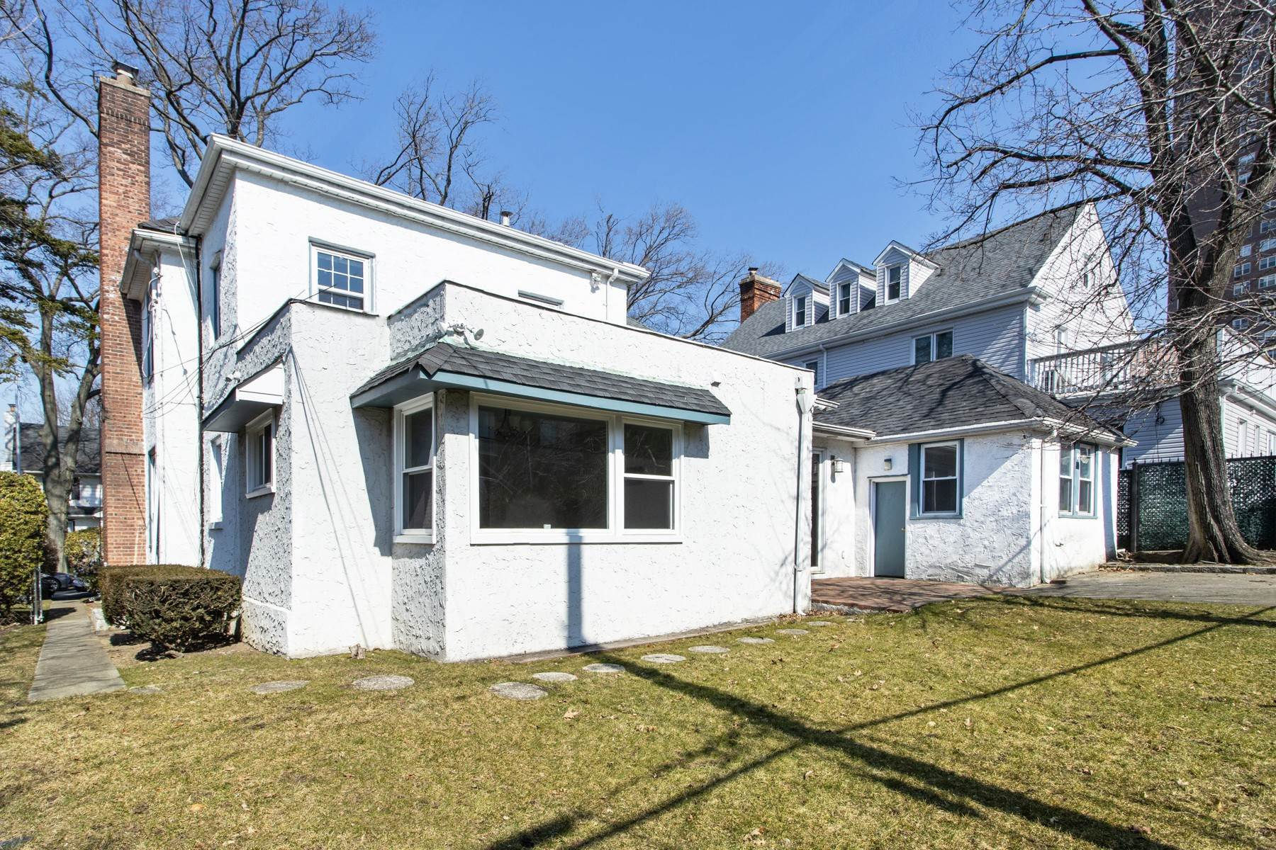 19. Single Family Homes for Sale at 'GRACIOUS LIVING IN KEW GARDENS' 103 Mowbray Drive, Kew Gardens, New York 11415 United States