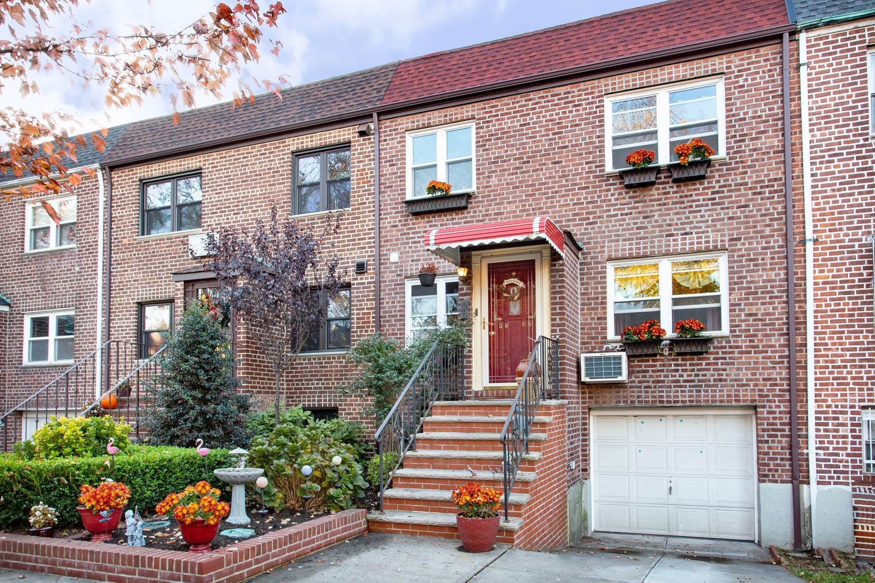 townhouses por un Venta en 'PICTURE PERFECT PARKSIDE TWO FAMILY WITH GARDEN OASIS' 97-37 72nd Drive, Forest Hills, Nueva York 11375 Estados Unidos