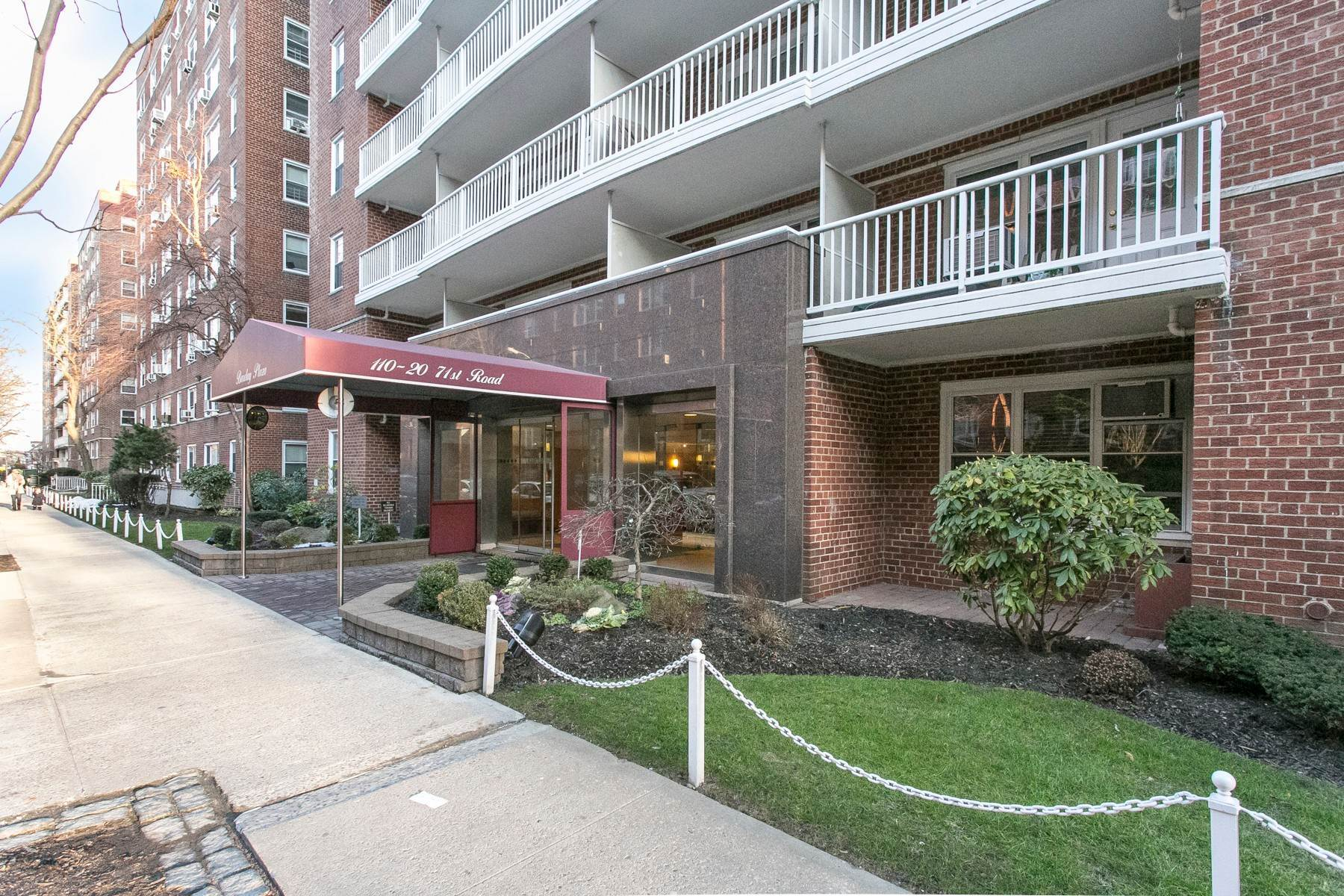 Co-op Properties por un Venta en ''BARCLAY PLAZA PREMIER 2 BEDROOM 1 BATH CO-OP WITH TERRACE' 110-20 71st Road, #319 Forest Hills, Nueva York 11375 Estados Unidos