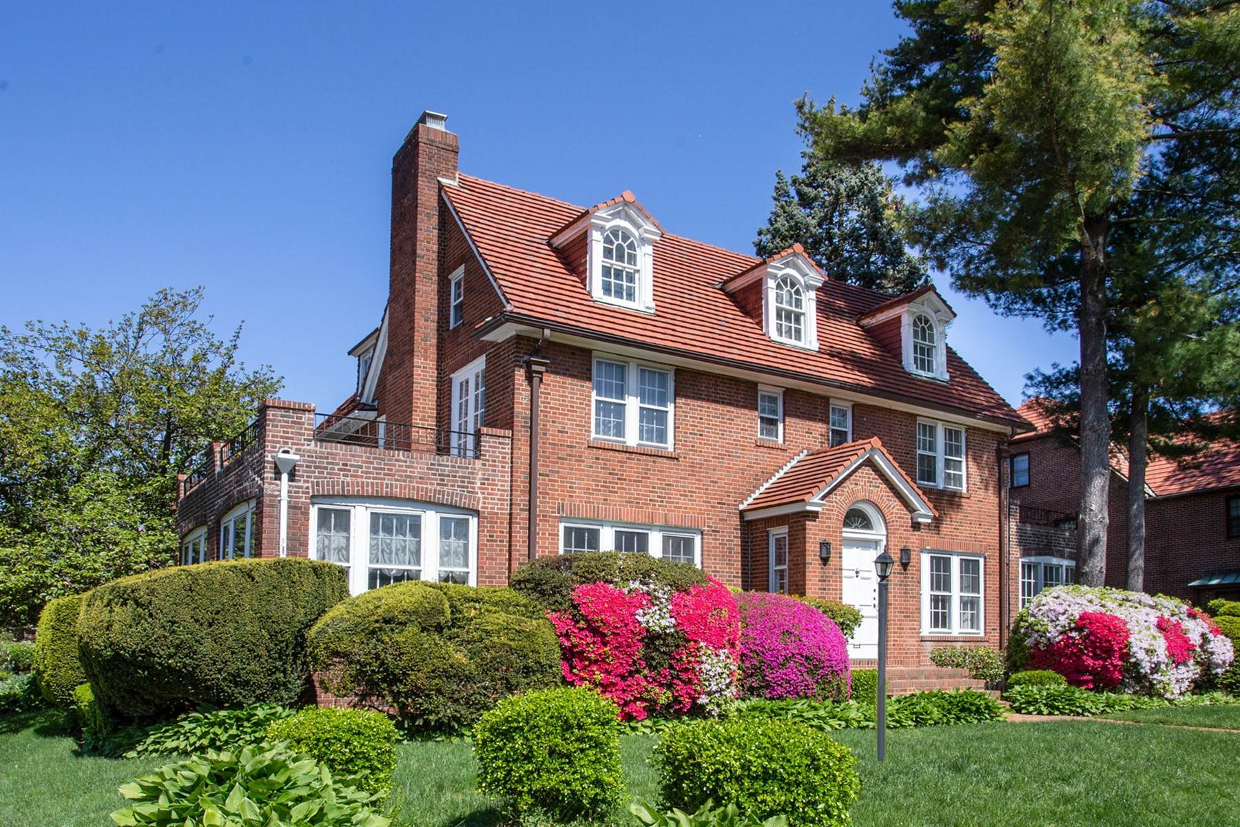 Single Family Homes por un Venta en 'STATELY GARDENS COLONIAL' 101-05 70th Avenue, Forest Hills Gardens, Forest Hills, Nueva York 11375 Estados Unidos