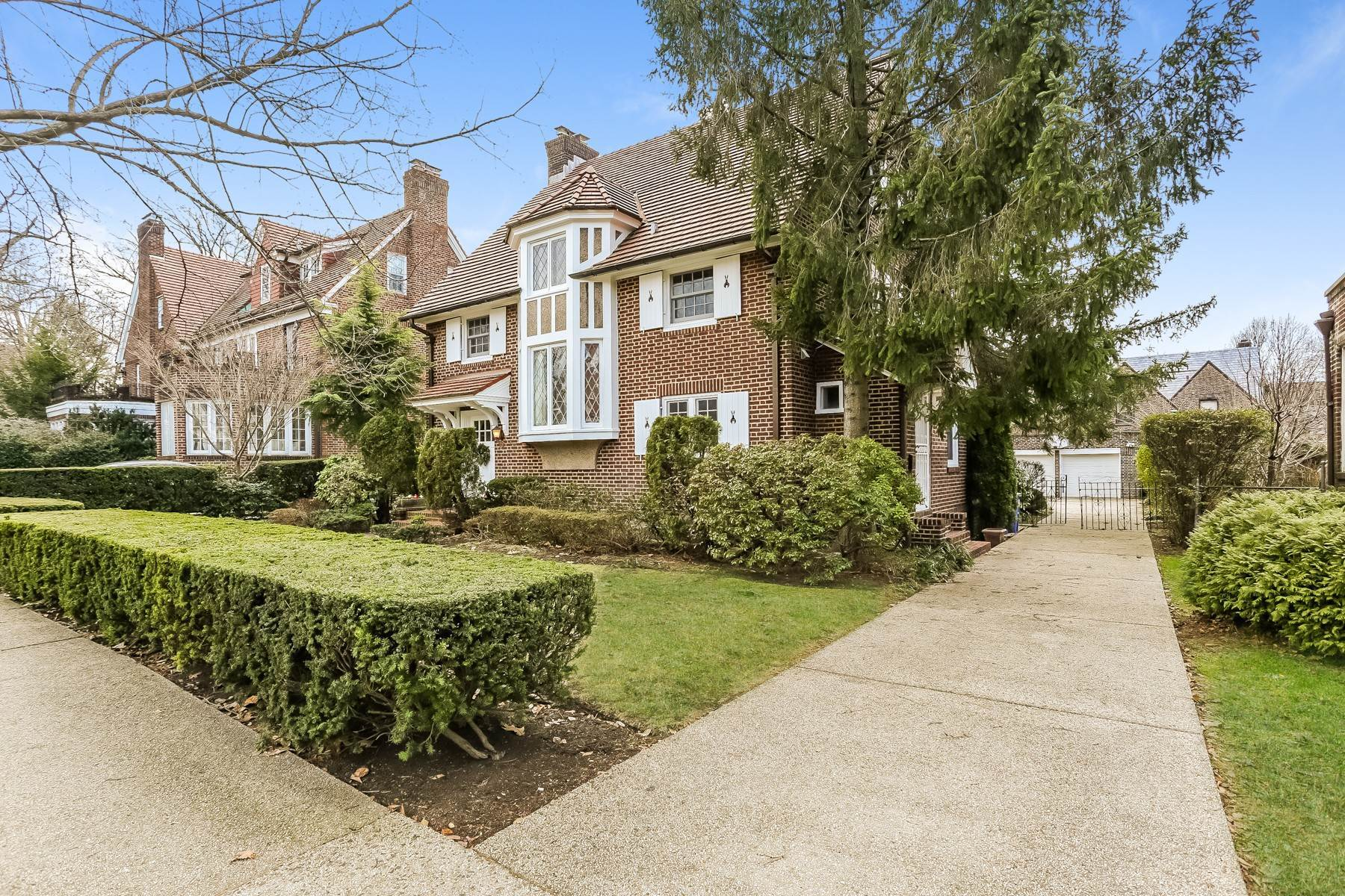 Single Family Homes 为 销售 在 'SPACIOUS STORYBOOK HOME, FULLY RENOVATED' 19 Groton Street, Forest Hills Gardens, 森林山, 纽约 11375 美国