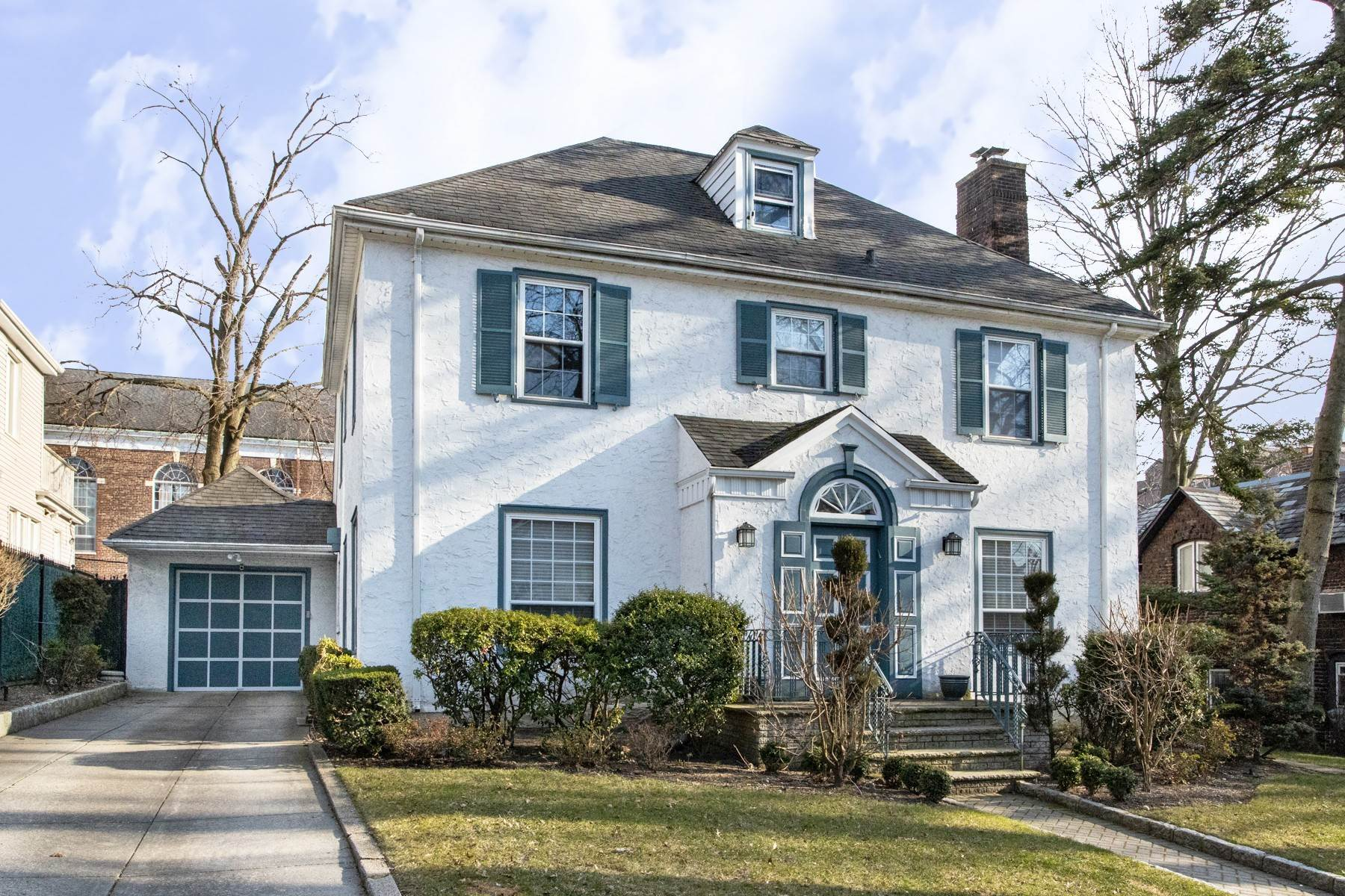 2. Single Family Homes por un Venta en 'GRACIOUS LIVING IN KEW GARDENS' 103 Mowbray Drive, Kew Gardens, Nueva York 11415 Estados Unidos