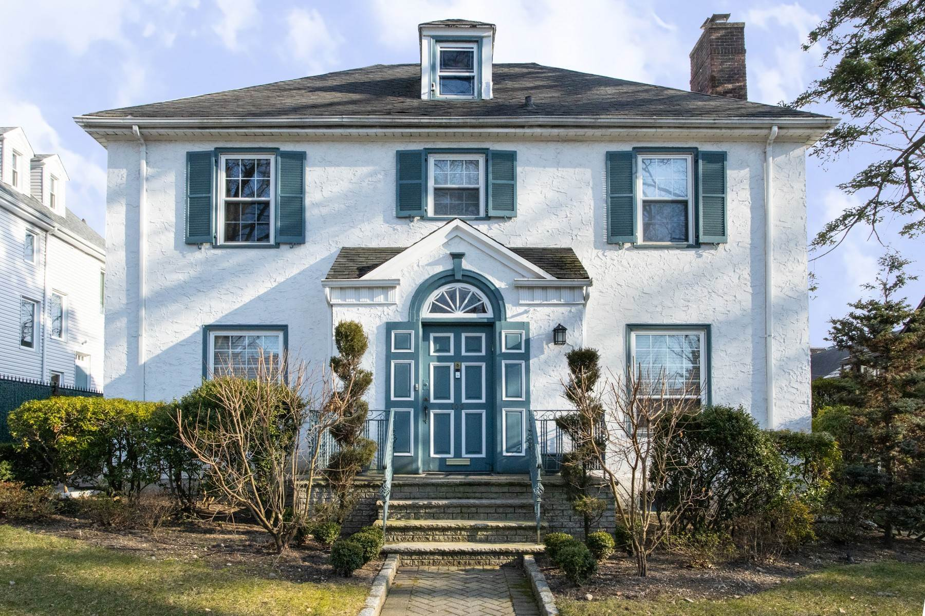 Single Family Homes por un Venta en 'GRACIOUS LIVING IN KEW GARDENS' 103 Mowbray Drive, Kew Gardens, Nueva York 11415 Estados Unidos